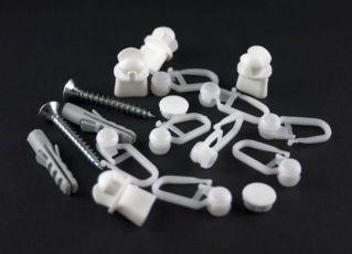Пластиковые фиксаторы-крючки – самый популярный способ подвешивания штор