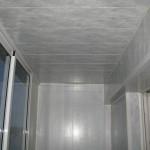Пластиковый потолок на балконе