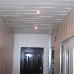 Пластиковый потолок в коридоре