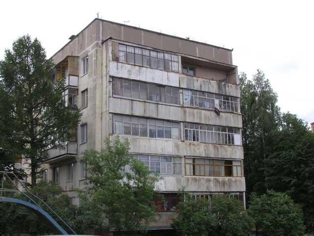 Уныло-безликие дома содержат внутри одинаково тесные квартиры с обилием простых линий и углов