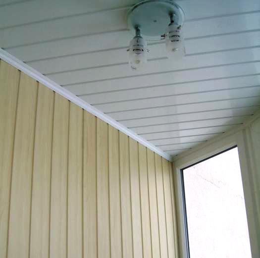 Потолочный плинтус из ПВХ на балконе из вагонки