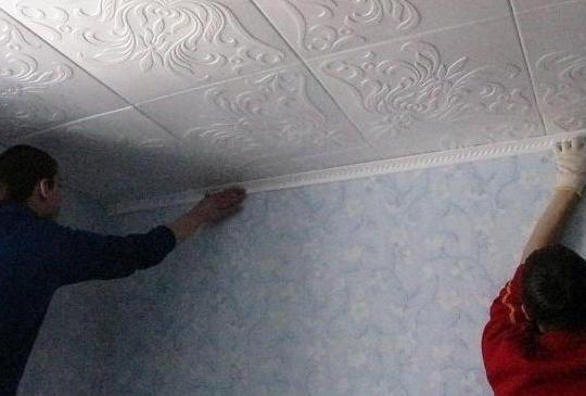 Плинтус придает потолку законченный вид