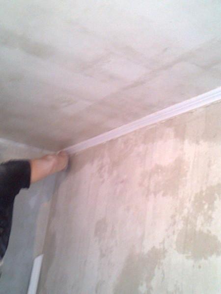 Установка потолочного плинтуса до финишной отделки стен и потолка является более предпочтительной
