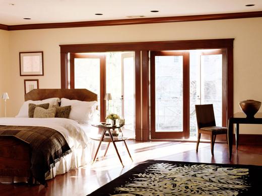 Багет для потолка древесного цвета в сочетании с общей деревянной окантовкой в интерьере выглядит просто изумительно