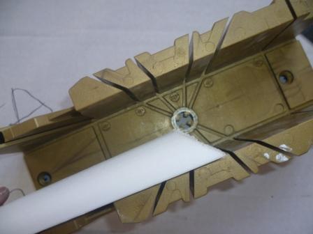 Углы потолочного плинтуса можно подрезать в столярном стусле