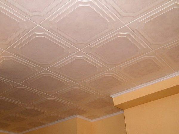 Плитка из полистирола - один из самых дешевых материалов для ремонта потолка. Насколько она хороша?