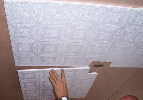 Процесс оклейки потолка плитами