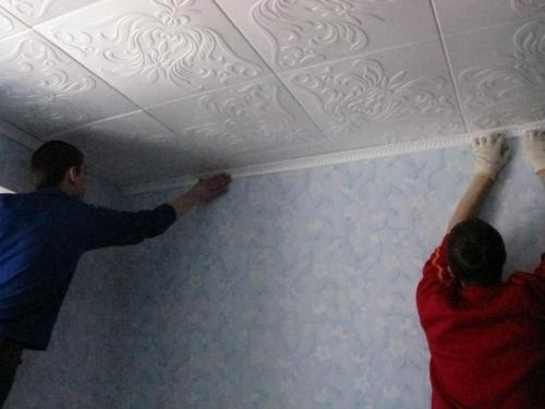 Монтаж плиток из пвх на потолок