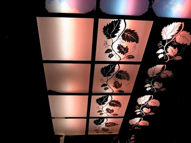 Полупрозрачные акриловые плитки позволяют подсветить потолок сверху.