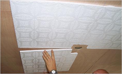 Производитель рекомендует клеить плитку от центра параллельно стенам.