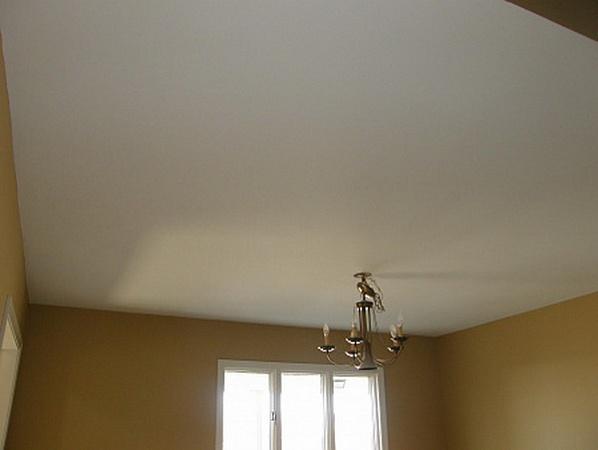 Побеленная поверхность потолка. Результат работы лучше смотреть при дневном свете