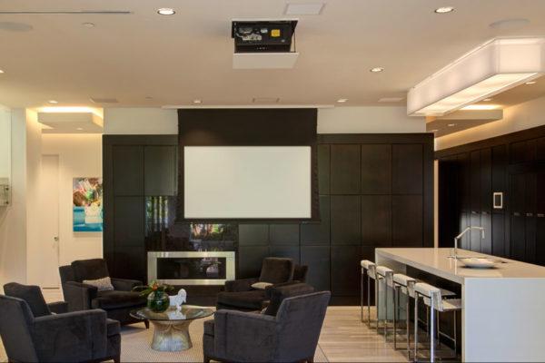 Подбирая экран, учтите габариты и конфигурацию помещения.
