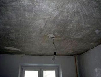 Подготовить к покраске потолок с крупными дефектами будет нелегко.