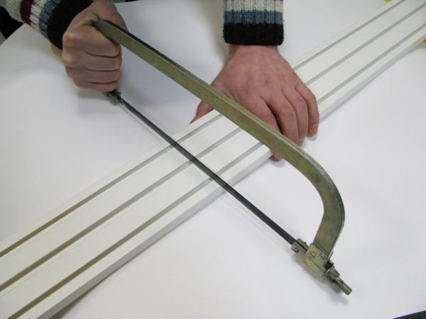 Подогнать размер можно обычной ножовкой, обрезав лишнюю часть