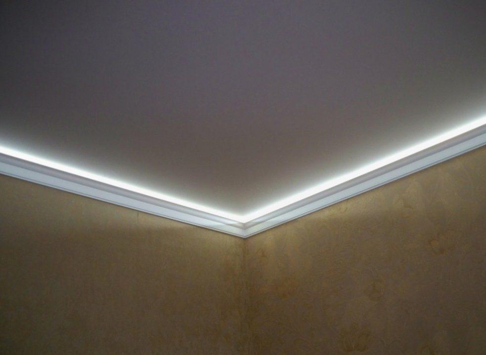 Подсветка натяжного потолка светодиодной лентой, закрываемой плинтусом