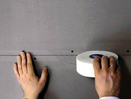 Проклейка стыка гипсокартонных плит строительной лентой