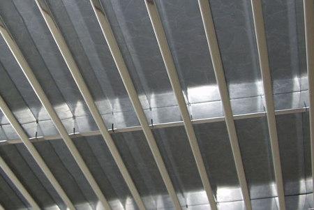 Потолок жалюзи – наиболее целесообразное решение для потолков с выходом инженерных коммуникаций, а также для узких помещений (коридоров).