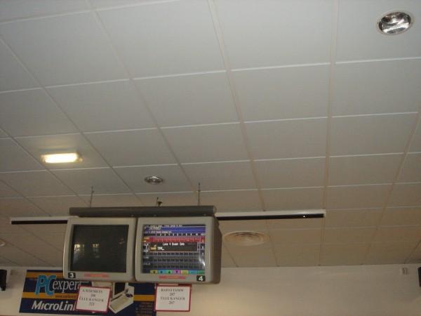 Алюминиевые кассеты для потолка не боятся влажности, колебаний температуры и протечек.