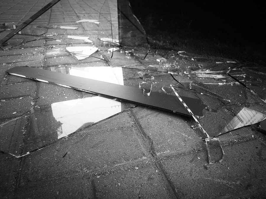 Осколки - главная потенциальная опасность стеклянного потолка.