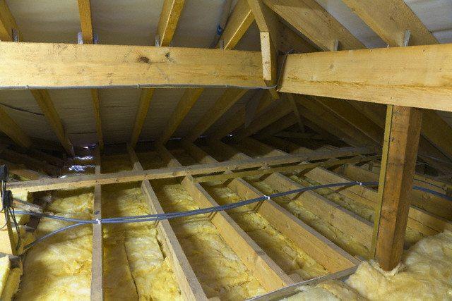 Правильное строительство потолка в деревянном доме предполагает наличие промежутков между балками - их надо закрыть теплоизоляцией