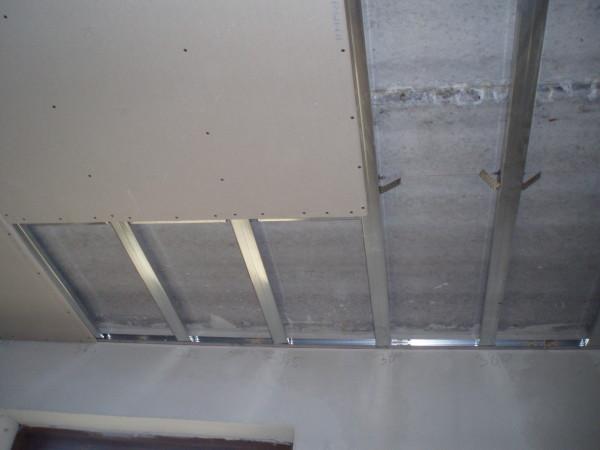 Шаг между подвесами зависит от размеров помещения. В узком коридоре можно обойтись вовсе без них или закрепить один посередине.