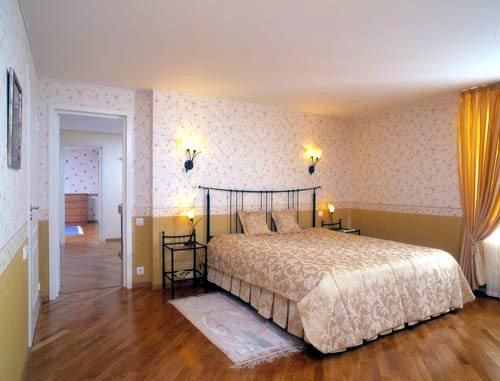 Красивый и ровный подвесной потолок в спальной комнате