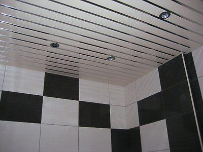 Подвесной потолок в ванной реечный