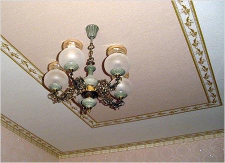 Мода на потолочные обои осталась в прошлом. Однако забывать этот способ ремонта потолка рано