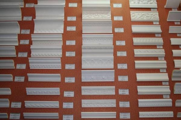 Виды плинтусов различной ширины и с разным узором