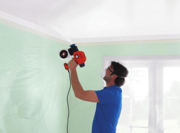 Покраска краскопультом потолочной поверхности