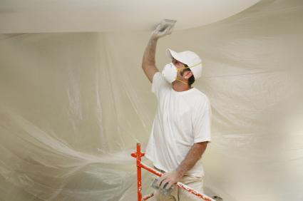 Шлифовка потолка вручную возможна, но очень утомительна.