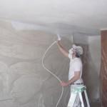 Покраска потолка с помощь краскопульта