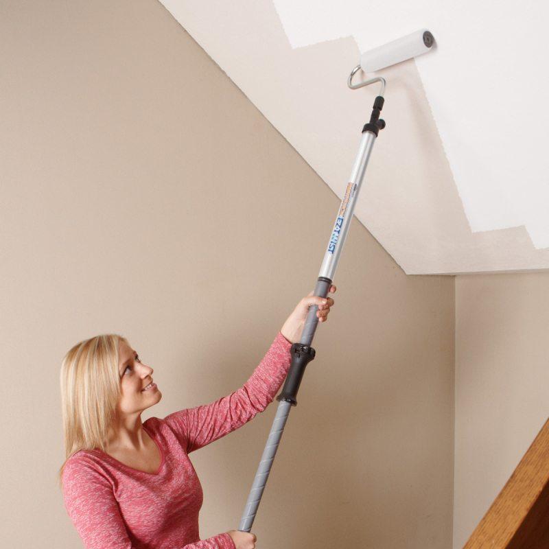 Использование специальной телескопической ручки для малярного валика позволит обойтись без стремянки во время покраски потолка