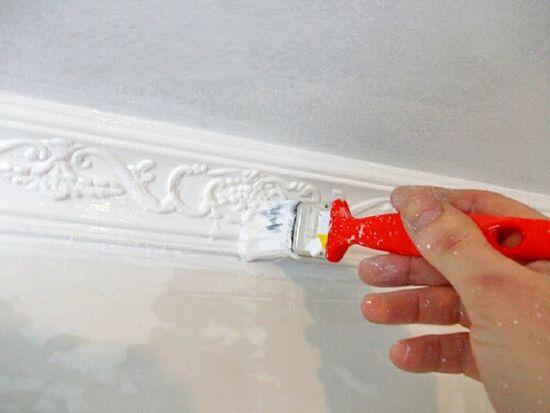 Покраска потолочного плинтуса