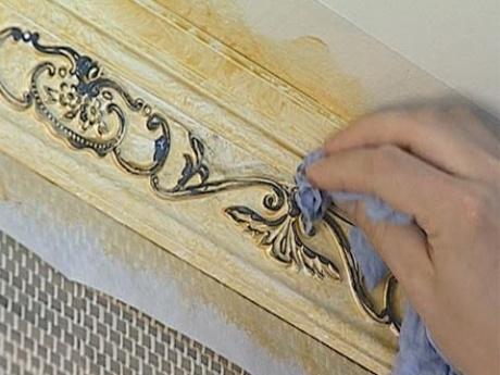 Покраска узора на потолочном плинтусе