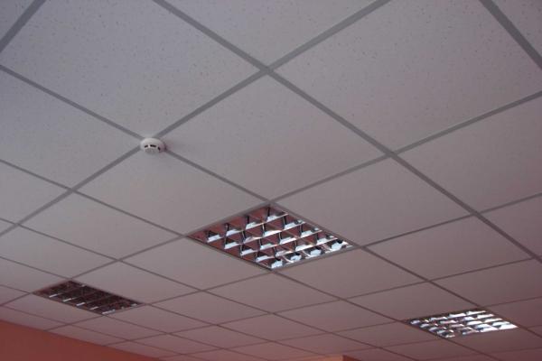 Кассетные потолки можно увидеть в любом торговом центре или офисе