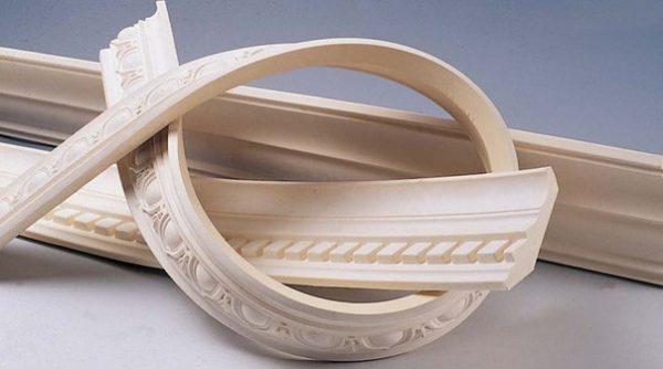 Полиуретан гибкий, благодаря этому им можно украшать потолки сложной формы.