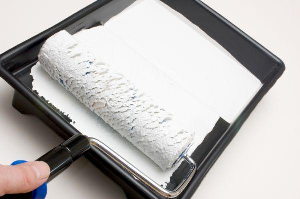 Малярный лоток позволит раскатывать валик, не пачкая других поверхностей.