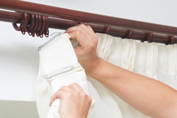 После установки остается только закрепить занавески на специальных крючках.