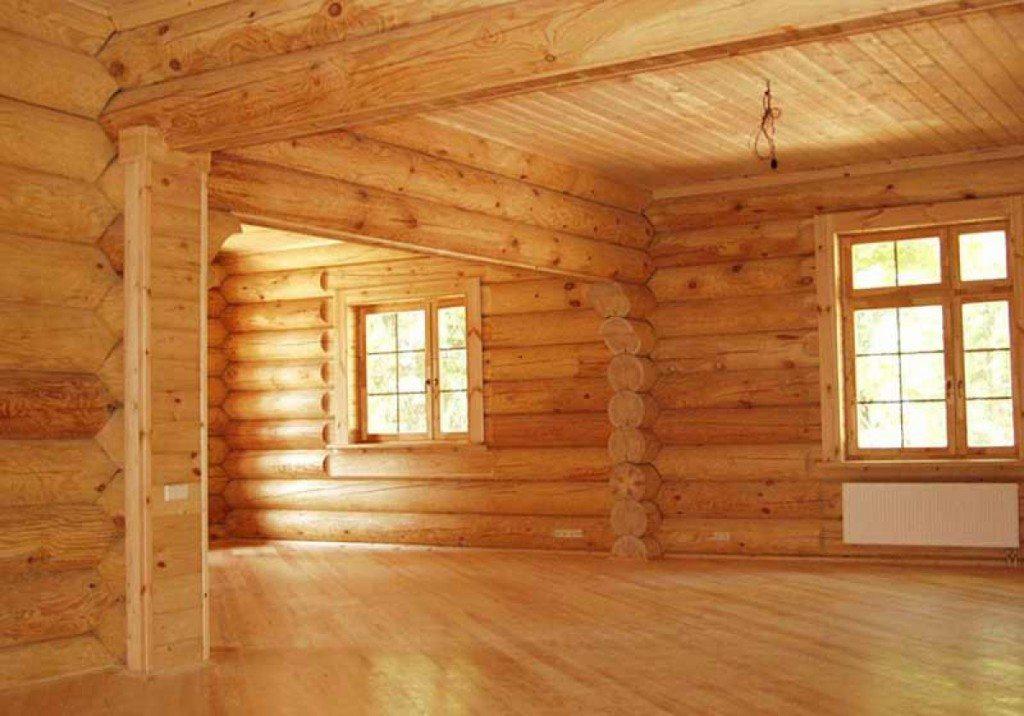 В коттедже из оцинкованного бревна только традиционный деревянный потолок поможет изысканно подчеркнуть уникальный и уютный интерьер дома