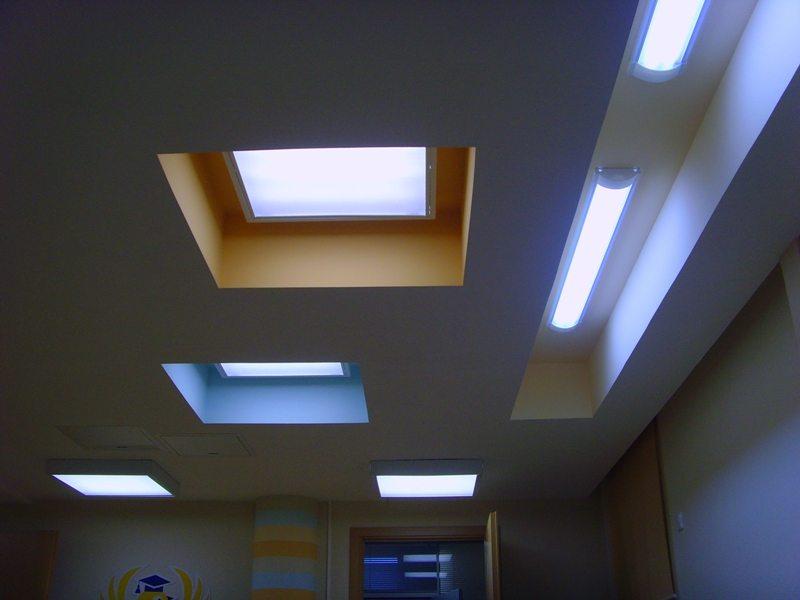 Гипсокартонные потолки для детской можно оформить растровыми светильниками