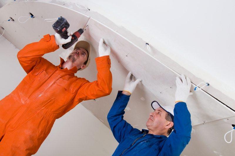 Для монтажа гипсокартона на потолок нужно не менее двух человек