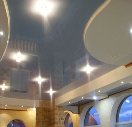 Натяжной потолок с зеркальной поверхностью.