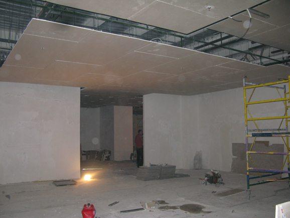 Монтаж гипсокартонного потолка – работа в достаточно больших объемах, однако операции по большей части несложные