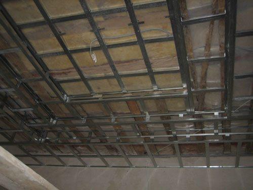 Потолок может быть неровным. Ориентируйтесь по уровню.