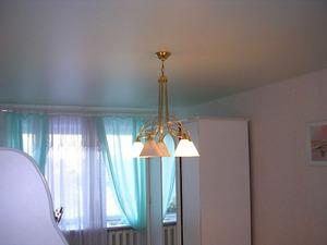 Изменение цвета сатиновых потолков в зависимости от интенсивности и цвета освещения