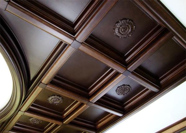 Кессонный темный потолок в интерьере загородного дома.