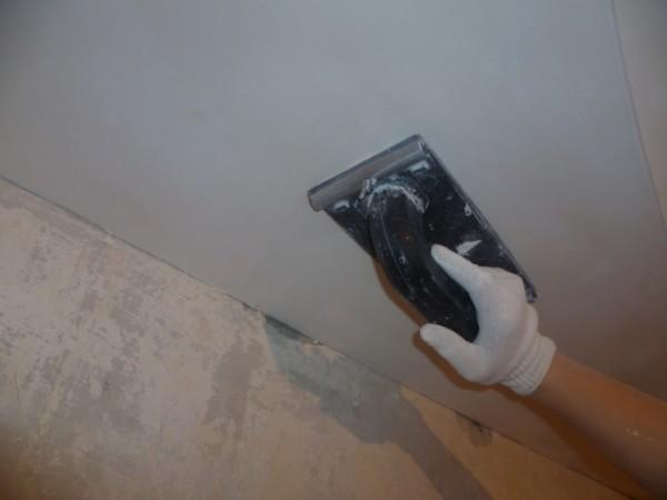 Шпаклевание делает поверхность потолка гладкой и ровной.