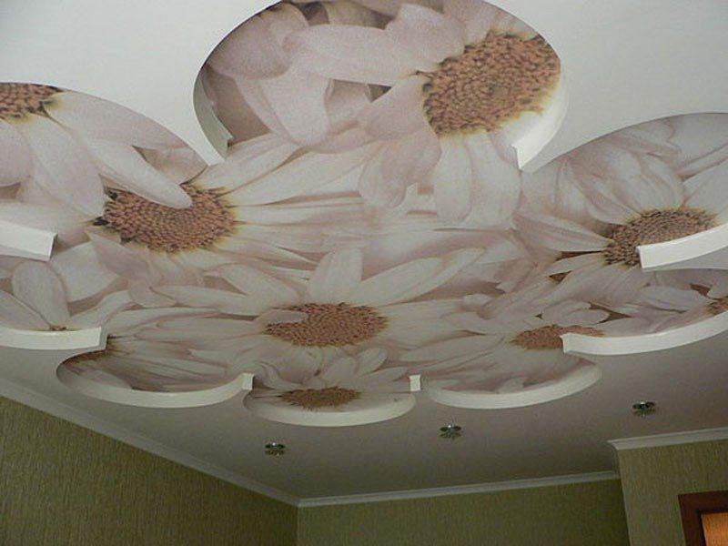 Сложный двухуровневый подвесной потолок станет настоящим украшением любой спальни