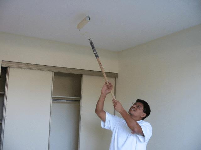 Покраска потолка валиком с длинной ручкой